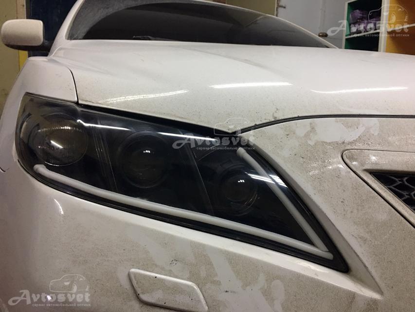 Toyota Camry замена штатных линз, покраска масок фар в чёрный мат, установка гибкой светодиодной ленты